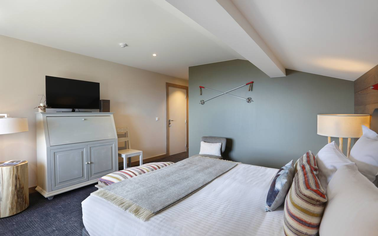Lodge suite with comfortable double bed and television, hotel ferney voltaire, La Mainaz.