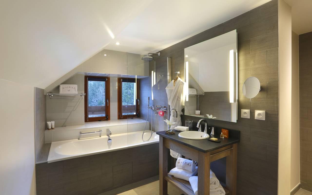 Bathroom with bathtub, luxury hotel jura, La Mainaz.