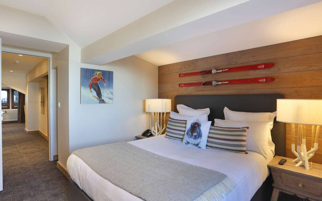 Large and very comfortable double bed, hotel geneva airport, La Mainaz.
