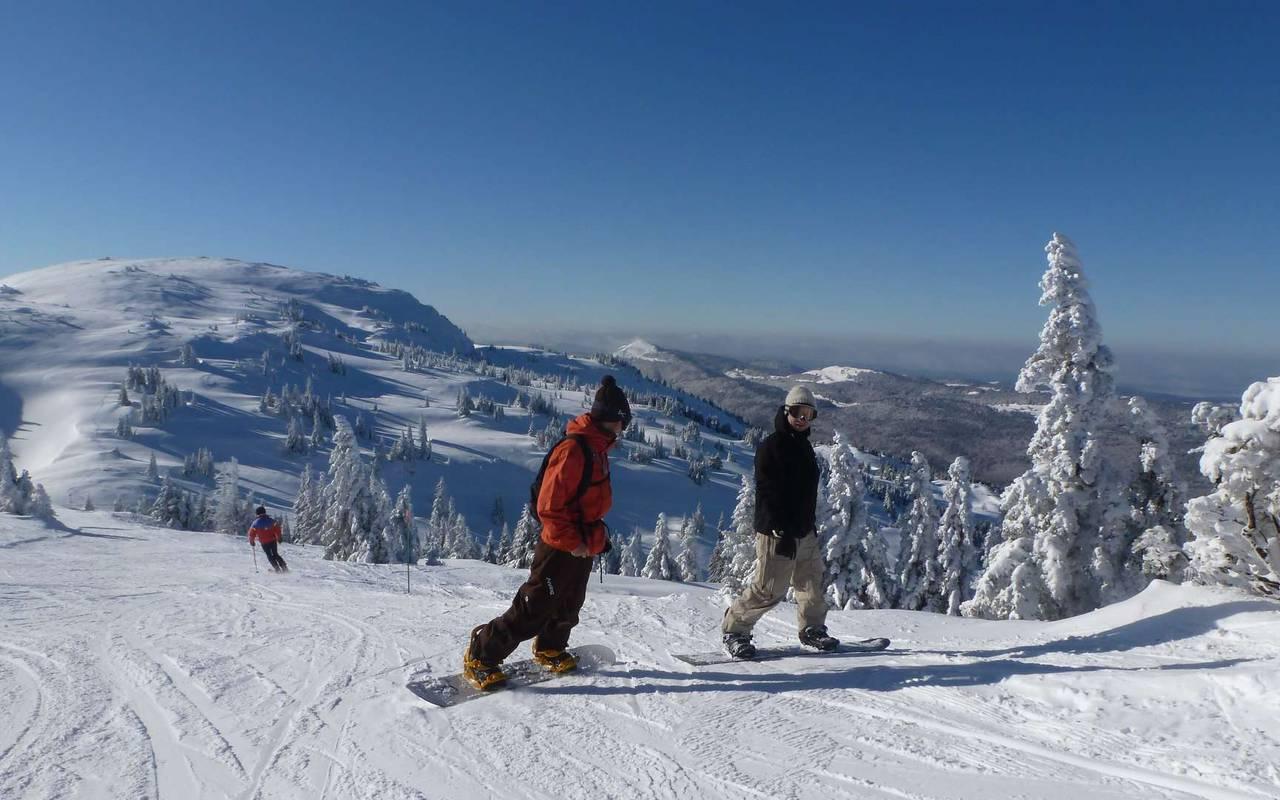 Snowboarders, ski resort jura, hotel la mainaz