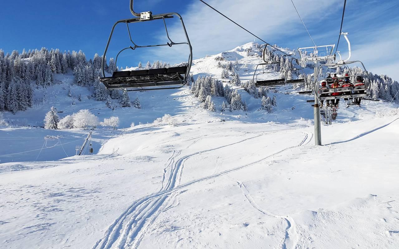 chair lift, ski resort jura, hotel la Mainaz