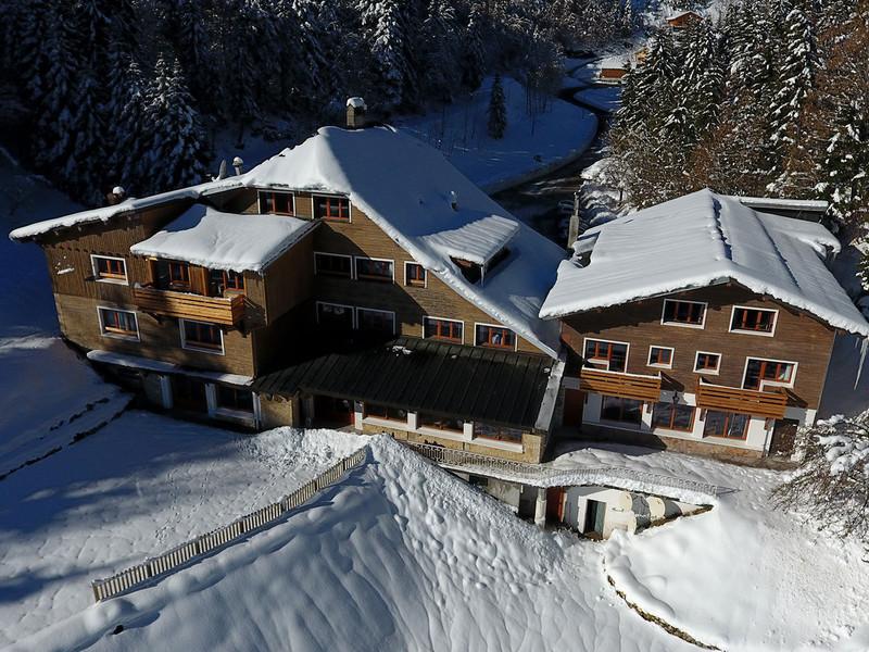 Etablissement sous la neige, hotel de luxe jura, La Mainaz.