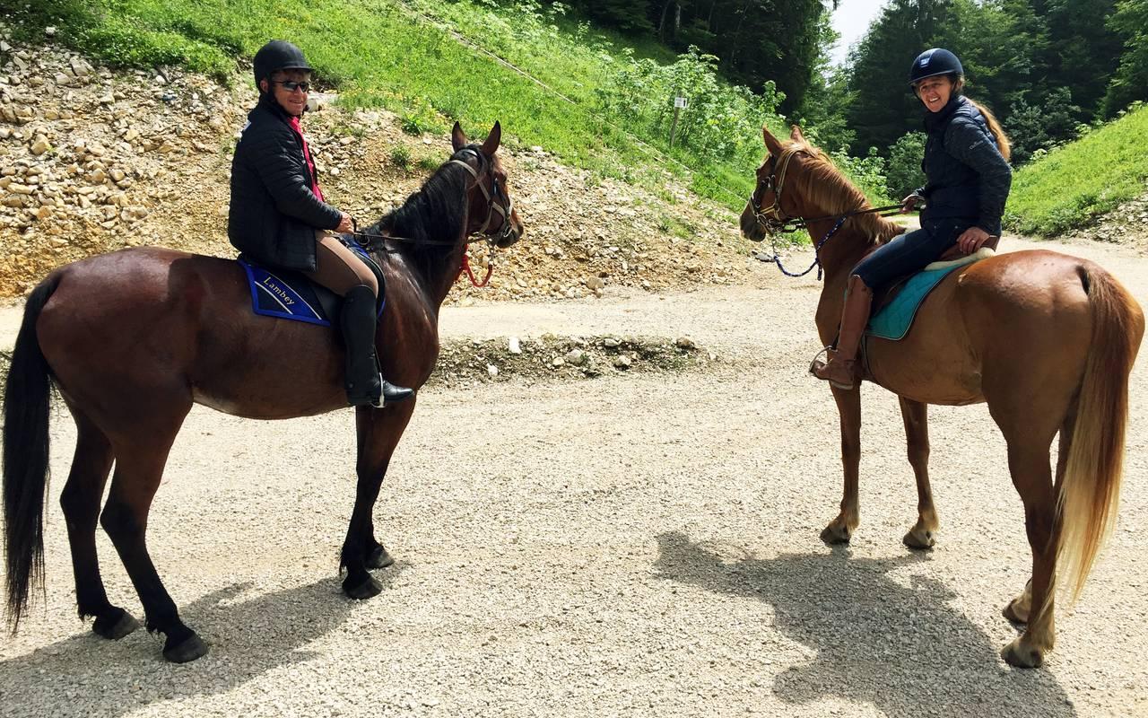 Personnes sur un cheval, hôtel 4 étoiles Jura La Mainaz