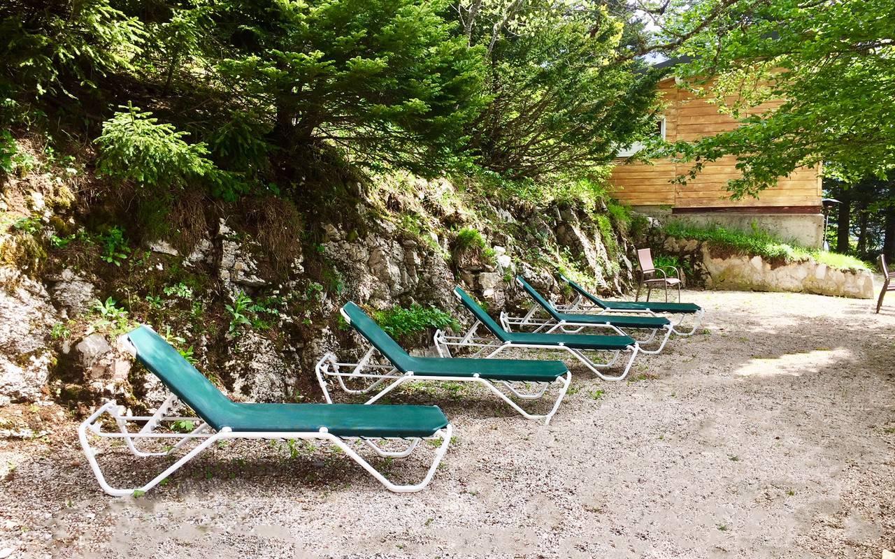 Chaises longues dans le jardin, hôtel 4 étoiles Jura La Mainaz
