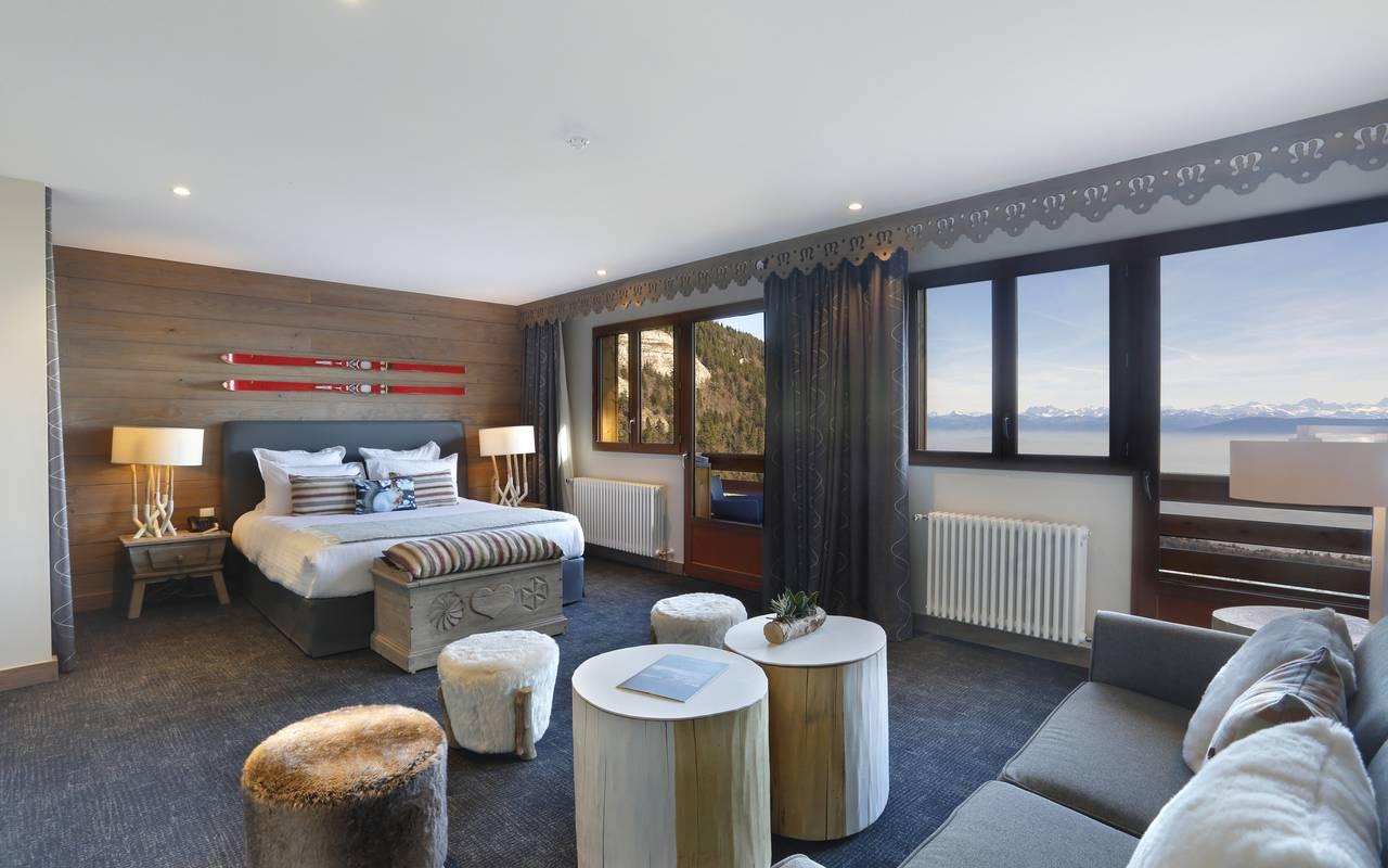 Chambre spacieuse avec lit double et canapé, hotel de luxe franche comté, La Mainaz.