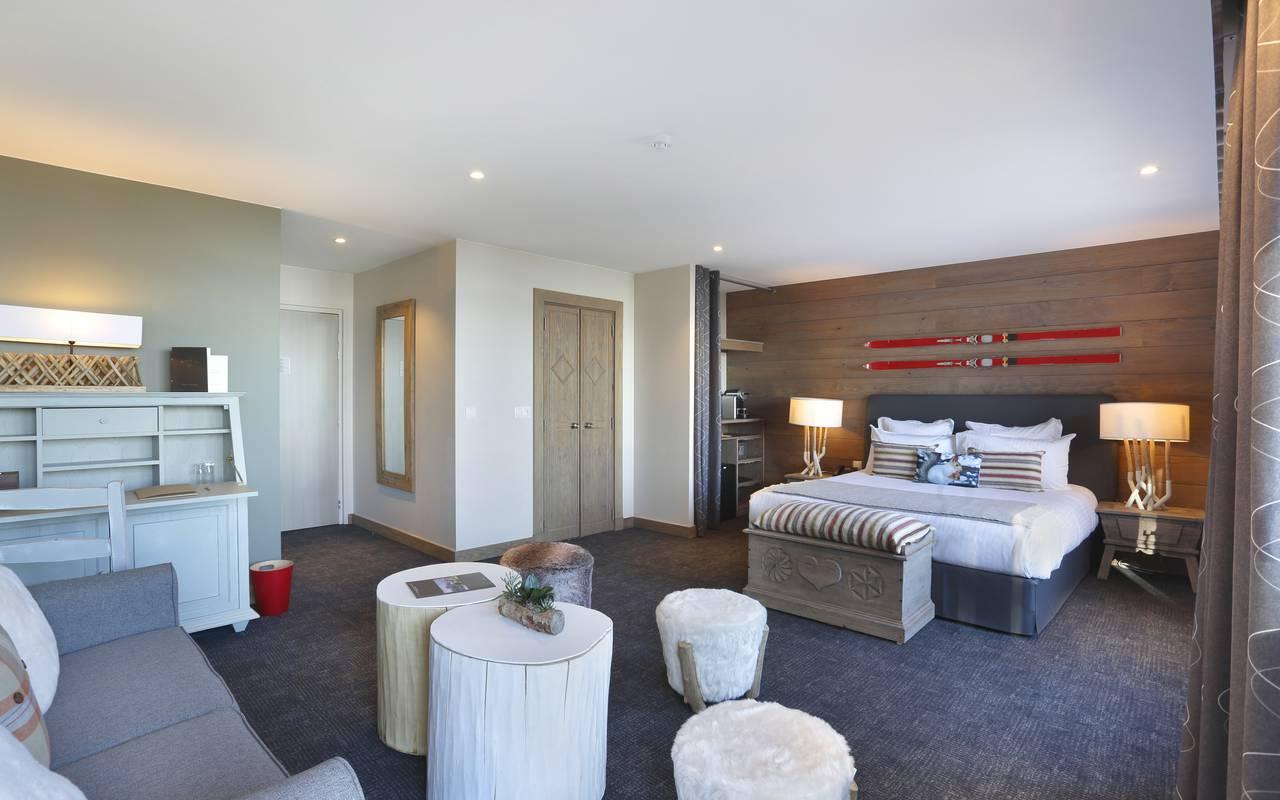 Chambre spacieuse et confortable avec une décoration moderne et bien équipée, hotel de luxe franche comté, La Mainaz.