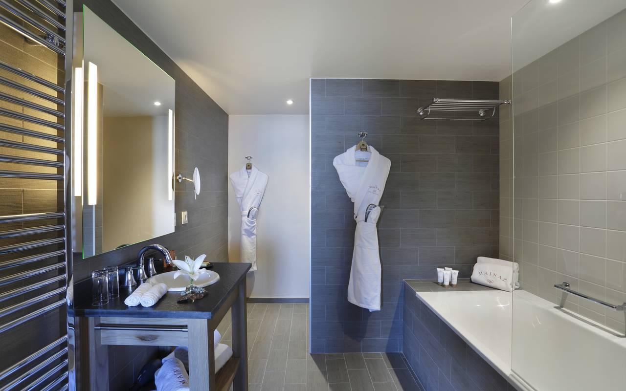 Salle de bain bien équipée avec baignoire, hotel de luxe franche comté, La Mainaz.