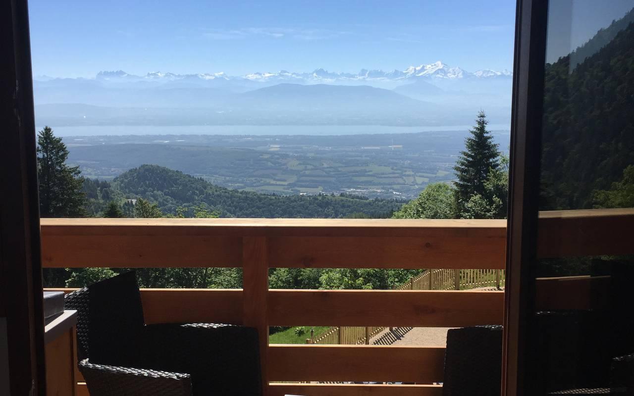 Terrasse agréable depuis la chambre avec une magnifique vue sur l'extérieur, hotel de luxe franche comté, La Mainaz.
