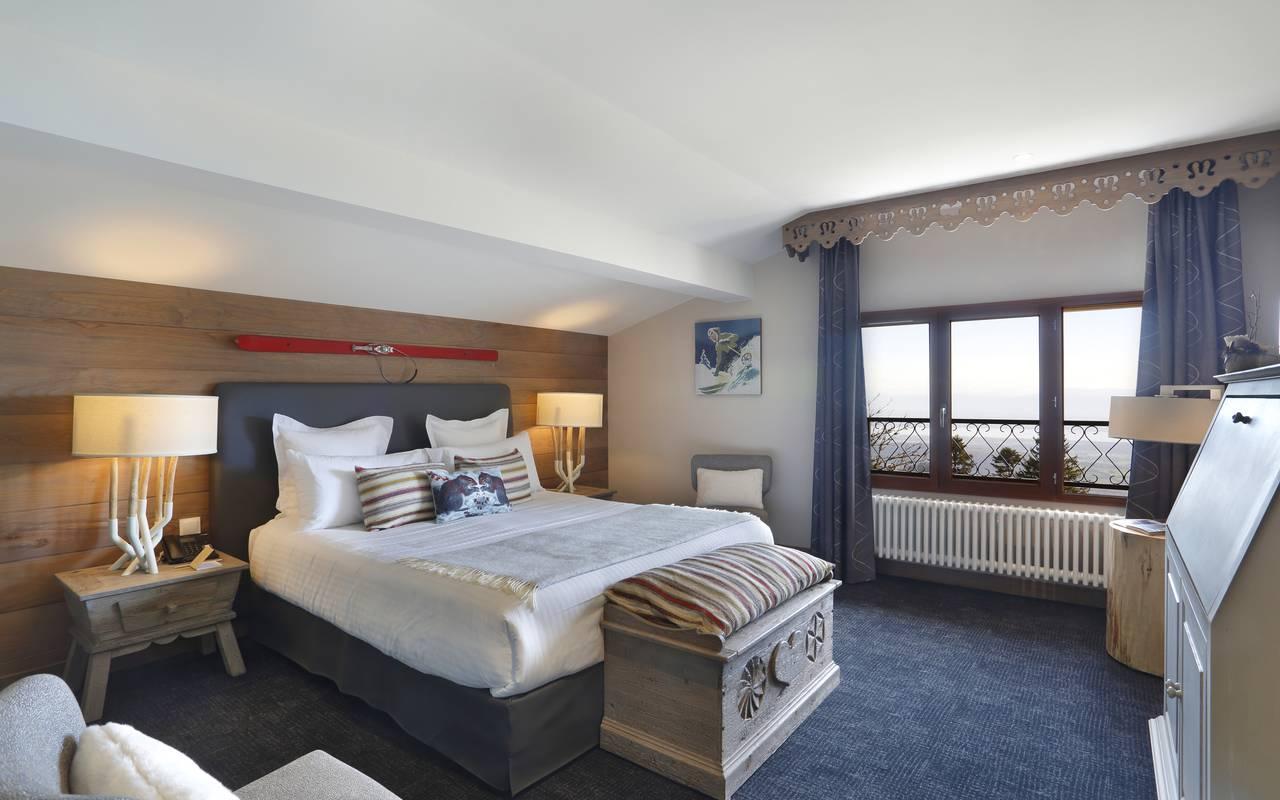 Chambre spacieuse et bien décorée avec un grand lit double, hotel luxe jura, La Mainaz.