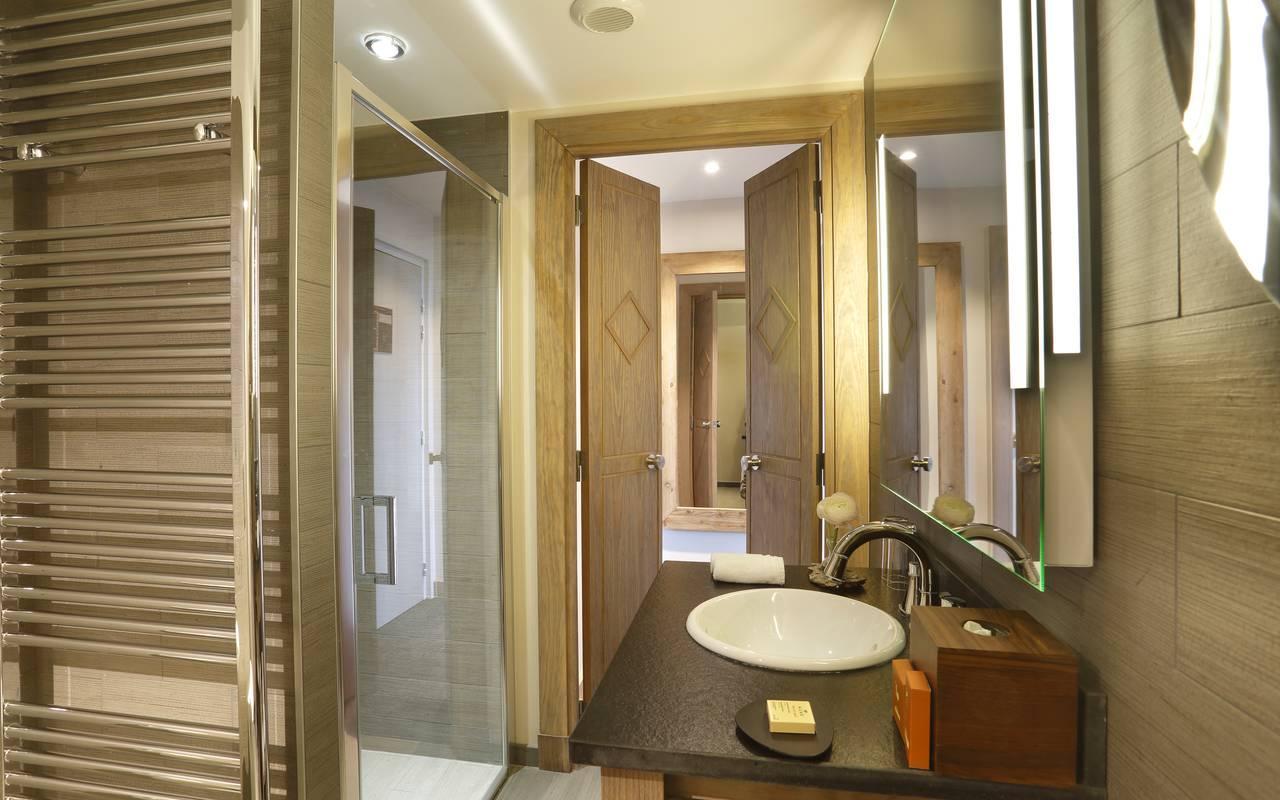 Salle de bain bien équipée avec douche, hotel luxe jura, La Mainaz.
