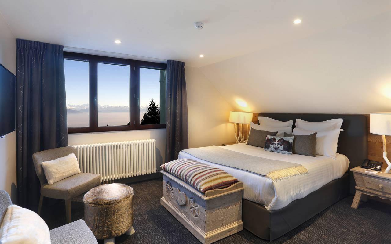 Chambre confortable et élégante avec lit double, hotel charme haut jura, La Mainaz.