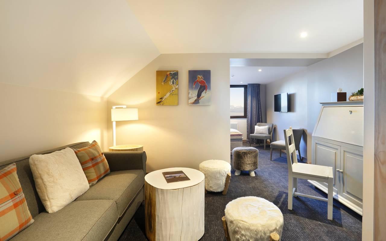 Coin salon avec canapé, hotel charme haut jura, La Mainaz.
