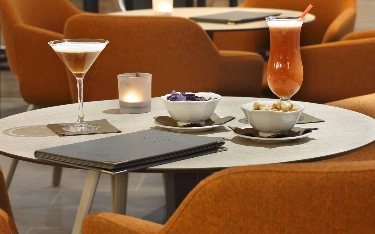 Table avec apéritif, hôtel mijoux, La Mainaz
