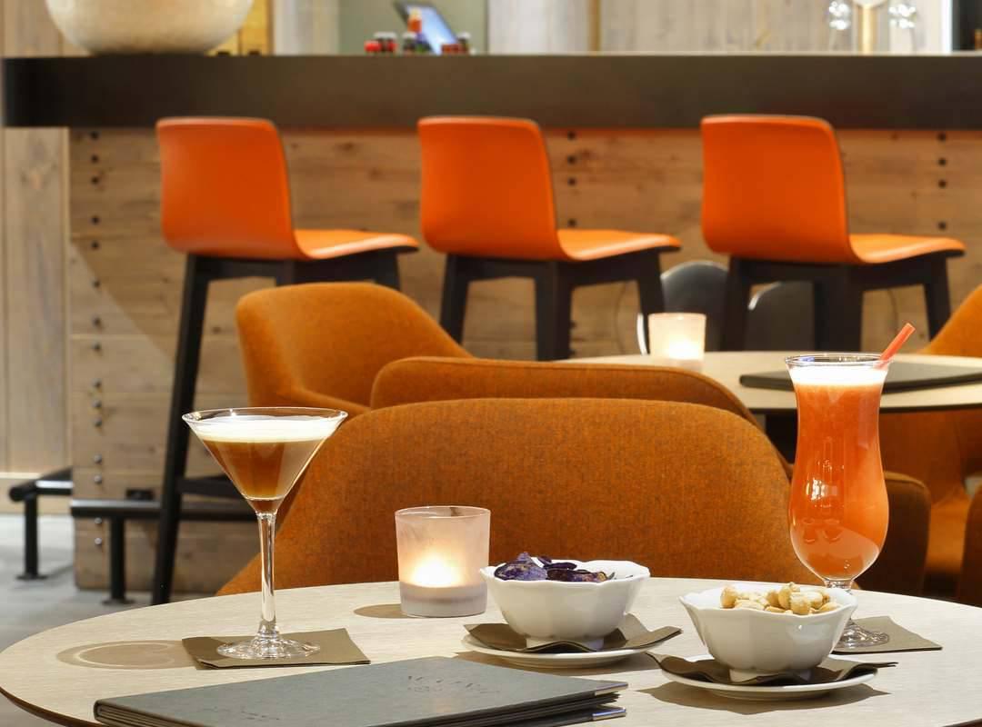 table avec cocktails, hôtel mijoux, La Mainaz