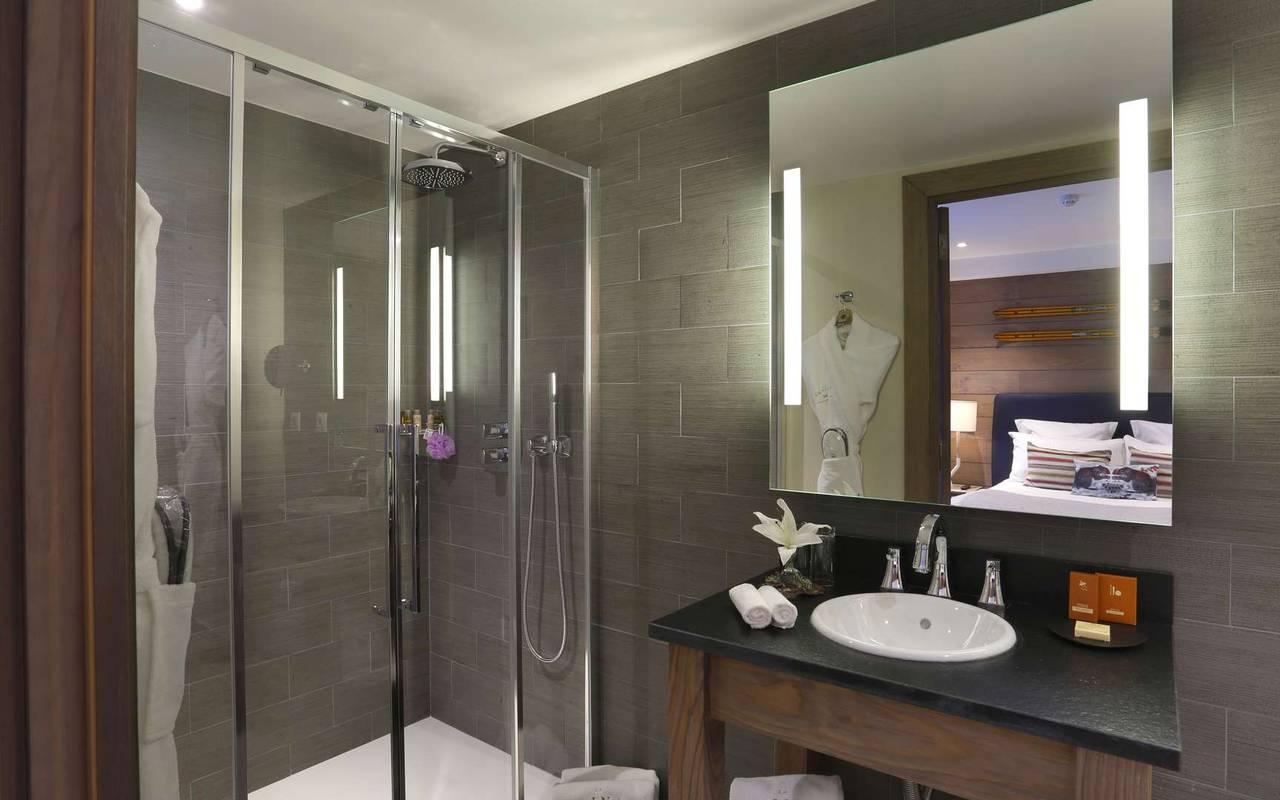 Salle de bain bien équipée avec douche, hotel frontiere suisse, La Mainaz.