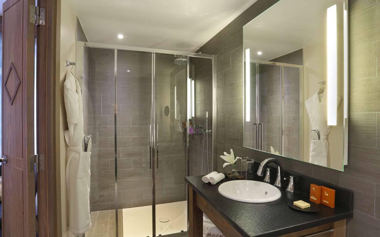 salle de bain avec douche et lavabo, hotel frontiere suisse, La Mainaz.