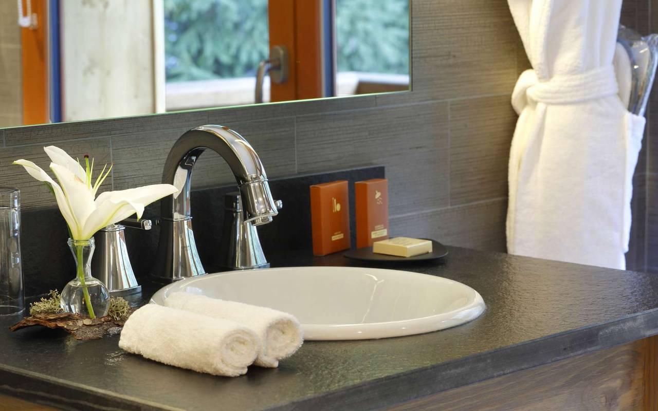 Lavabo de la salle de bain avec peignoir, hotel frontiere suisse, La Mainaz.