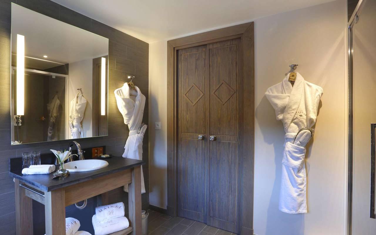 Salle de bain bien équipée avec peignoir, hotel frontiere suisse, La Mainaz.