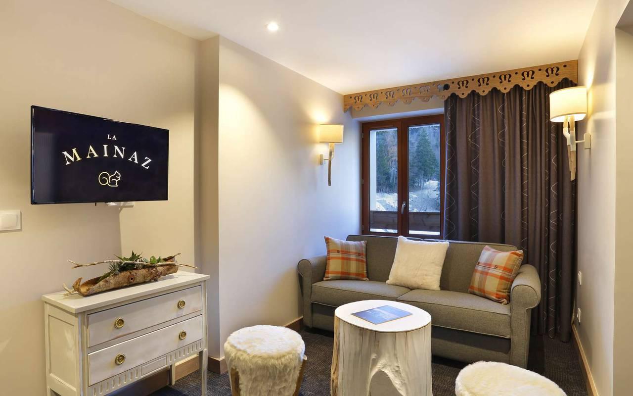 Coin salon cosy avec canapé, hotel romantique jura, La Mainaz.