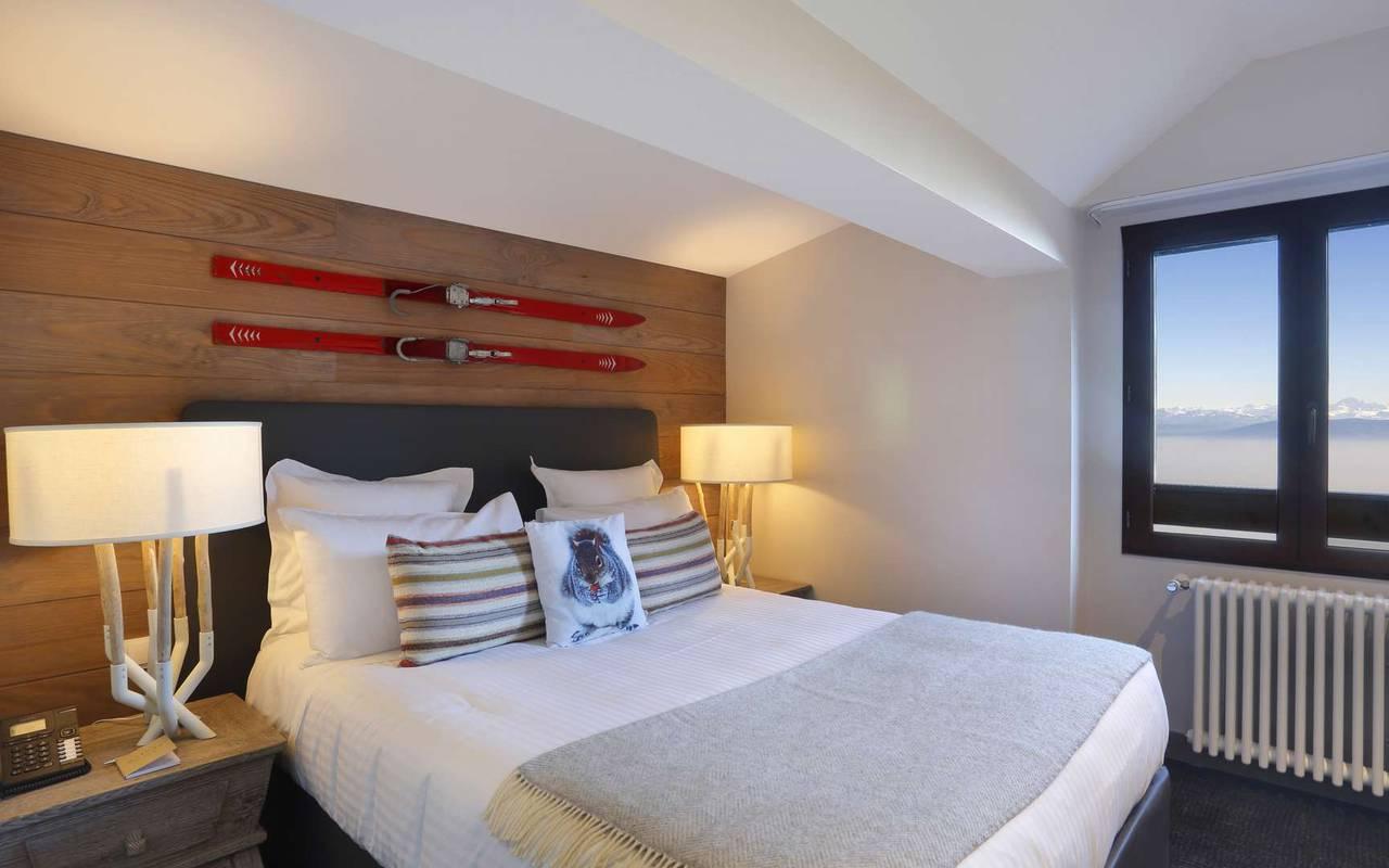 Suite familiale avec lit double et une belle vue sur l'extérieur, hôtel romantique jura, La Mainaz.