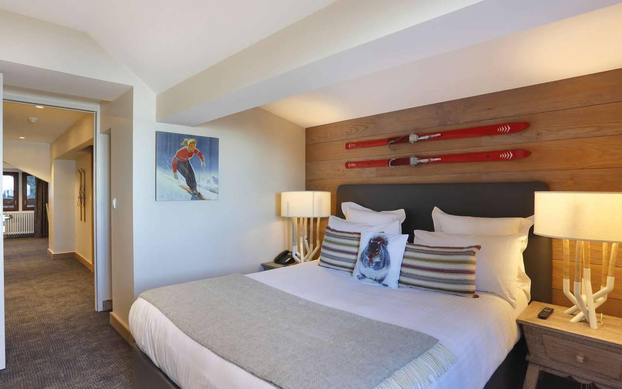 Grand lit double très confortable, hôtel romantique jura, La Mainaz.