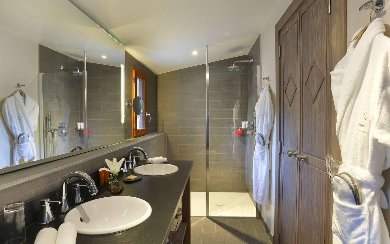 Salle de bain bien équipée avec douche à l'italienne, hôtel romantique jura, La Mainaz.