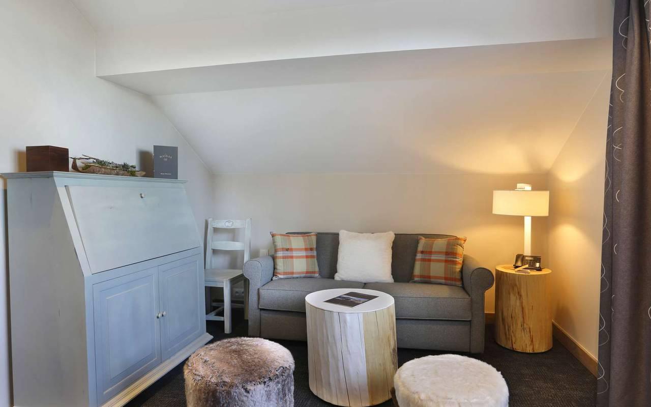 Coin salon avec canapé et commode, hotel de luxe haut jura, La Mainaz.