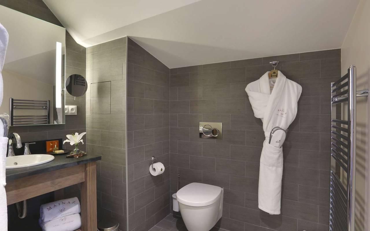 Salle de bain bien équipée, hotel de luxe haut jura, La Mainaz.
