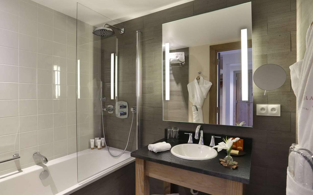 Salle de bain avec baignoire, hotel de luxe haut jura, La Mainaz.