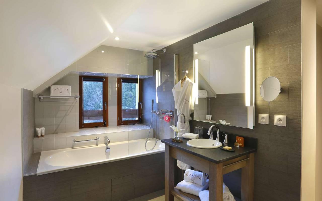 Salle de bain avec baignoire, hotel charme haut jura, La Mainaz.