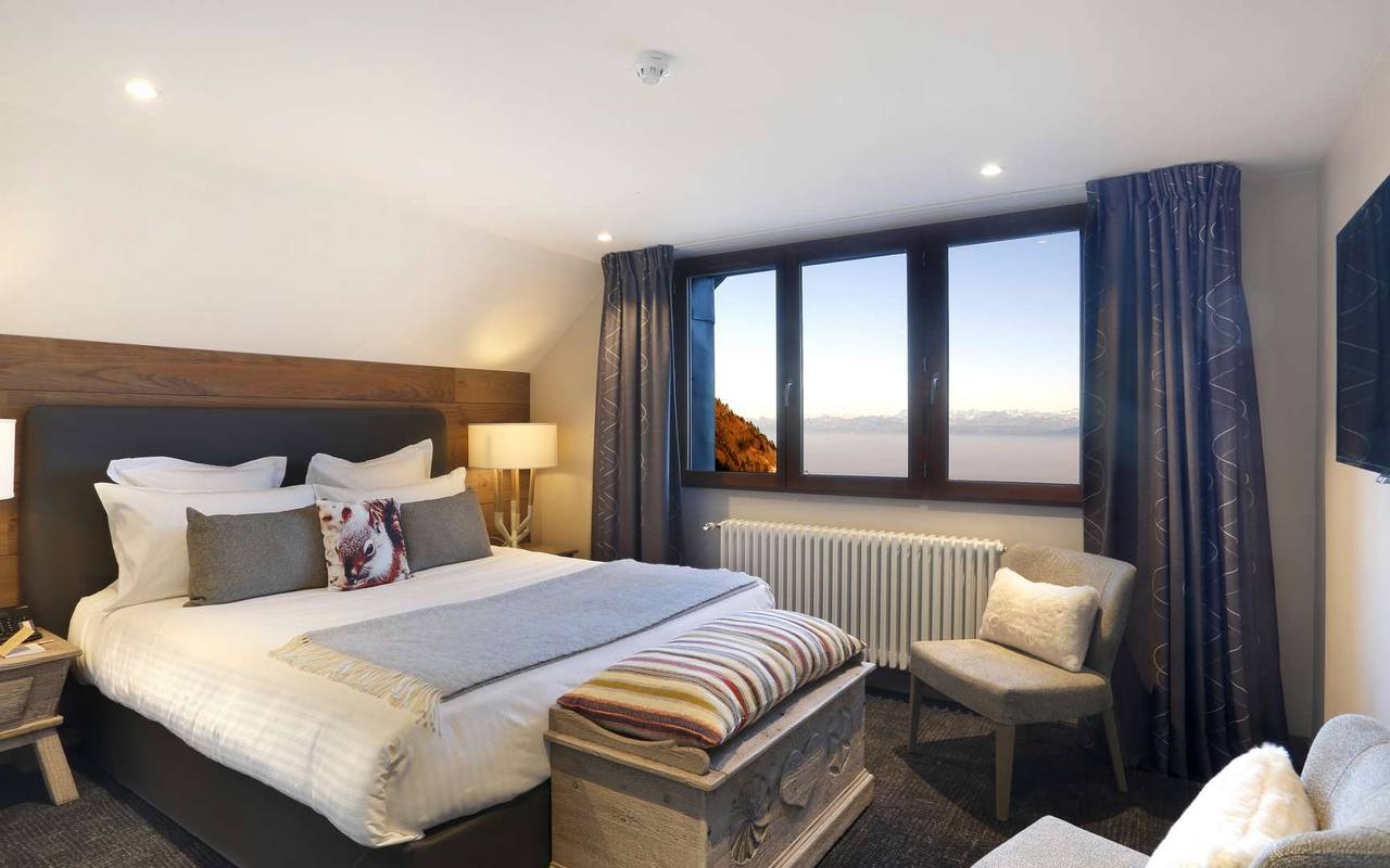 Chambre élégante avec lit double très confortable, hotel charme haut jura, La Mainaz.