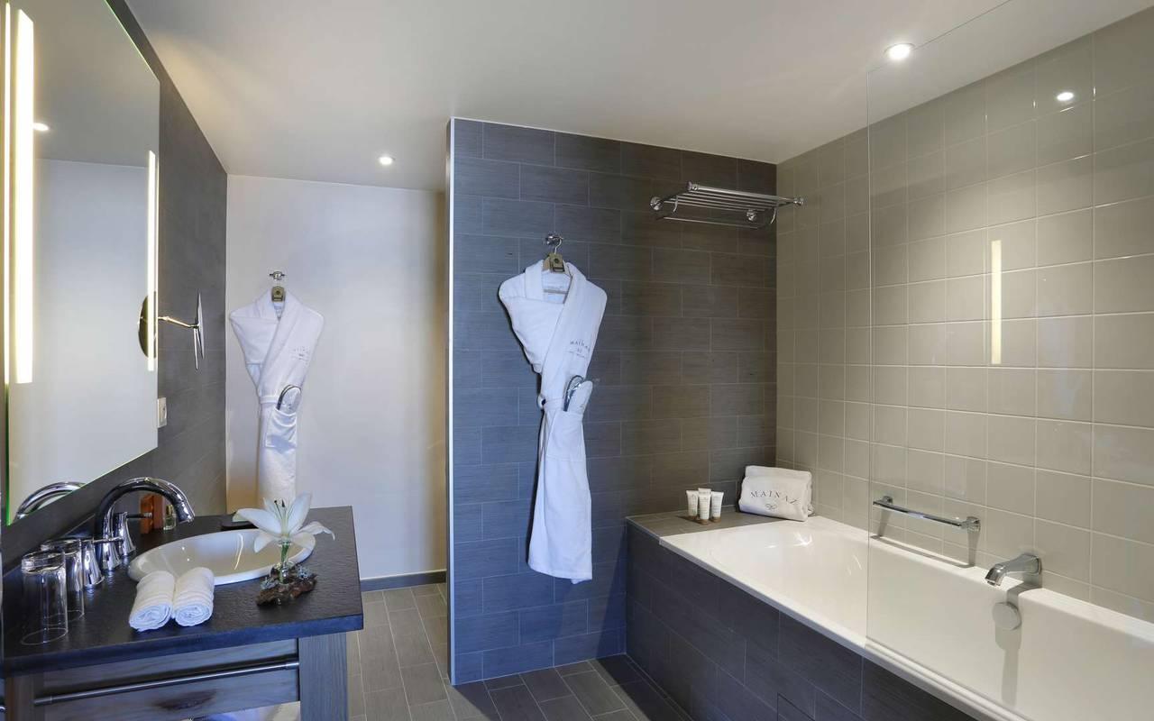 Salle de bain avec baignoire, hôtel mijoux, La Mainaz