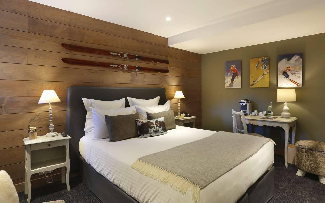chambre à la décoration montagnarde, hôtel mijoux, La Mainaz