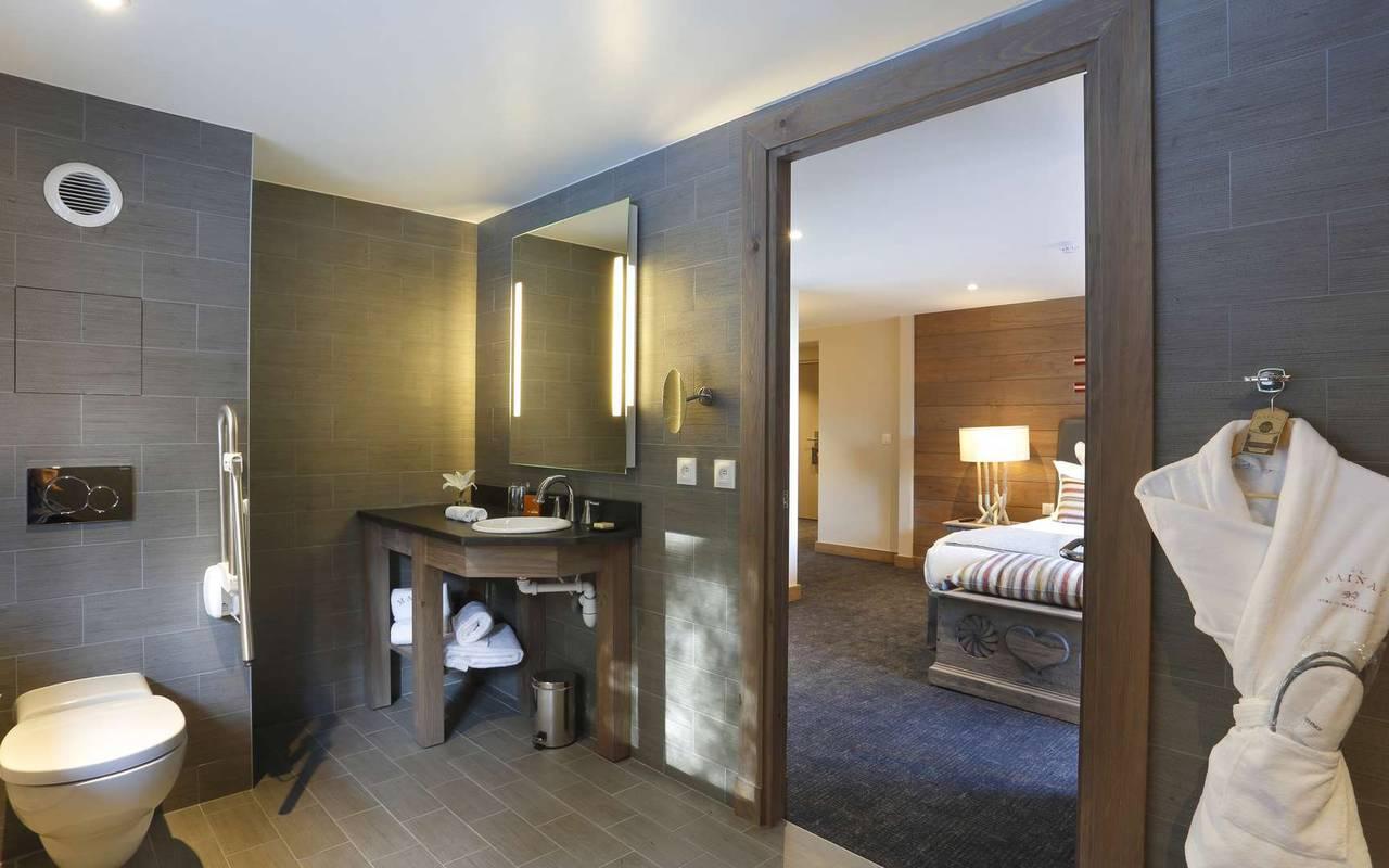 Salle de bain spacieuse, hôtel mijoux, La Mainaz