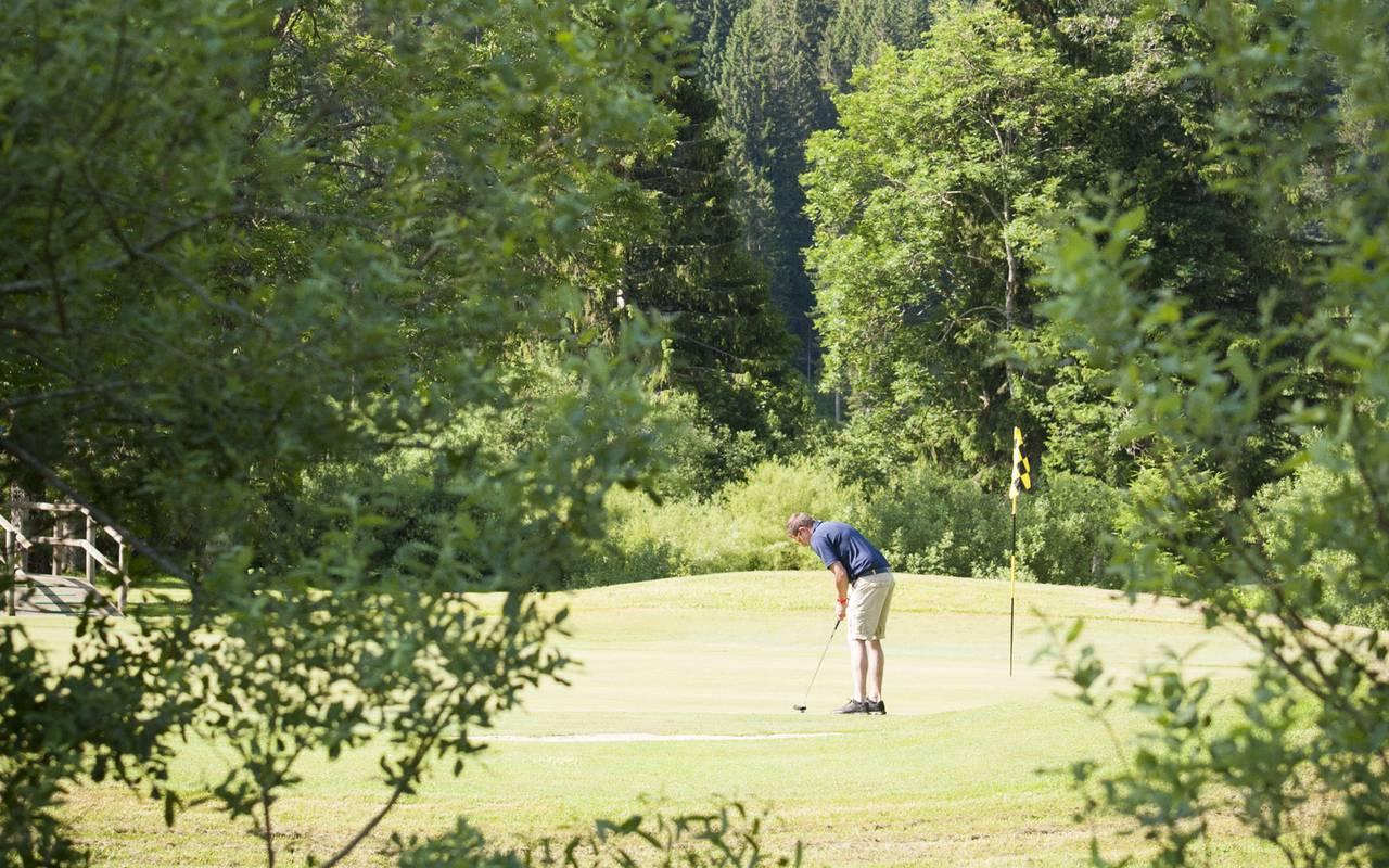 homme jouant au golf, hôtel mijoux, La Mainaz