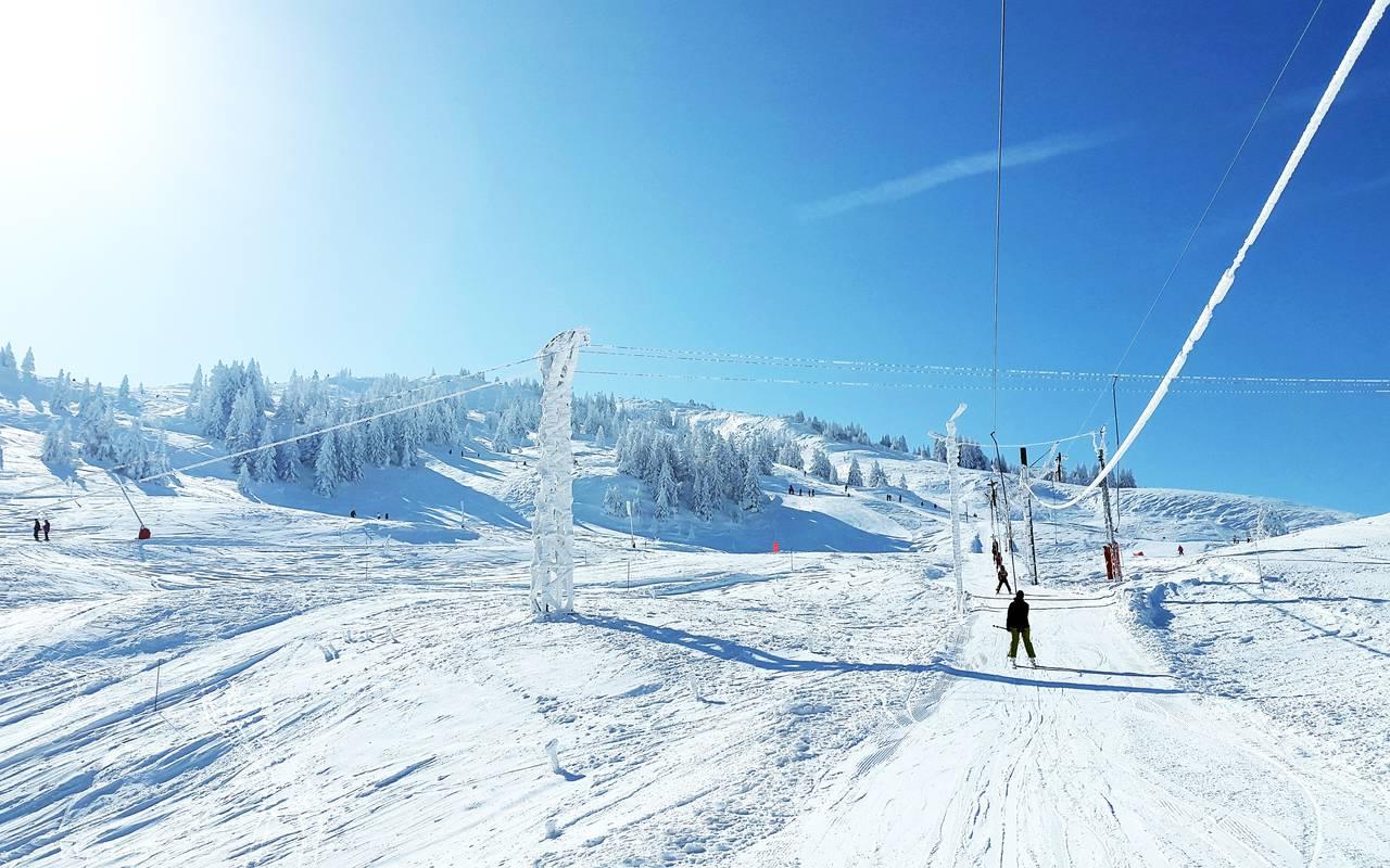Teleski et pistes de ski, hôtel Mijoux, La Mainaz