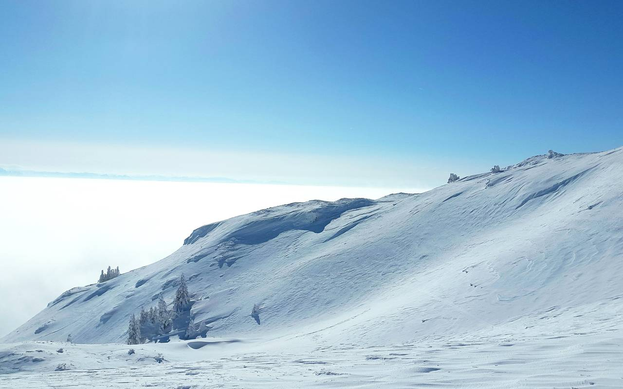 Montagnes enneigées, hôtel Mijoux, La Mainaz