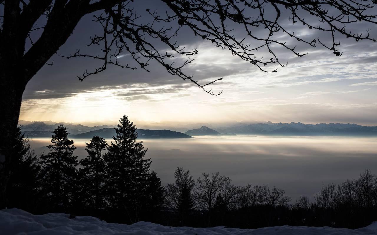 Vue sur les montagnes avec mer de nuages, hôtel Mijoux, La Mainaz